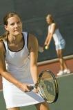 Vrouwelijke Spelers in Tennisbaan stock afbeeldingen