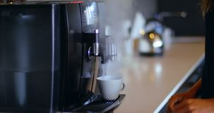 Vrouwelijke stafmedewerker die koffie in cafetaria voorbereiden op kantoor 4k stock videobeelden