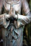 Vrouwelijke standbeeld het bidden handen Stock Afbeelding