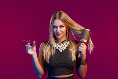 Vrouwelijke stilist die zich met hairdresser& x27 bevinden; s toebehoren royalty-vrije stock fotografie