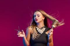 Vrouwelijke stilist die zich met hairdresser& x27 bevinden; s toebehoren royalty-vrije stock afbeeldingen