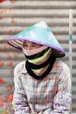 Vrouwelijke straatveger die een onderbreking, Haiko, China hebben Royalty-vrije Stock Afbeeldingen