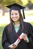 Vrouwelijke Student Attending Graduation Ceremony royalty-vrije stock afbeeldingen
