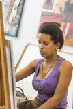 Vrouwelijke student die Art School San Alejandro Havana schilderen Royalty-vrije Stock Foto's