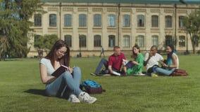 Vrouwelijke student die door groep partners worden ge?ntimideerd stock videobeelden