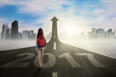 Vrouwelijke student die door pijl en 2017 lopen Royalty-vrije Stock Foto