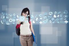 Vrouwelijke student die futuristische interface gebruiken Royalty-vrije Stock Foto's