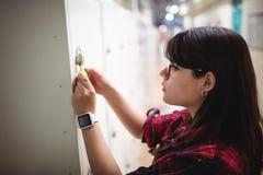Vrouwelijke student die haar kast sluiten royalty-vrije stock foto