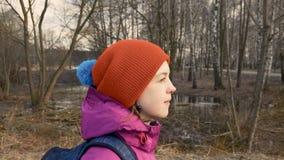 Vrouwelijke student die in het park met rugzak lopen stock videobeelden
