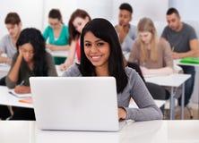 Vrouwelijke student die laptop met behulp van royalty-vrije stock fotografie