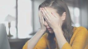 Vrouwelijke student die met die laptop vingers kruisen, over testresultaten wordt teleurgesteld stock footage