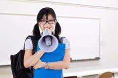 Vrouwelijke student die met megafoon schreeuwen Royalty-vrije Stock Foto's