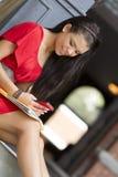 Vrouwelijke student die mobiele telefoon met behulp van aan tekst Royalty-vrije Stock Foto's