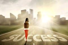 Vrouwelijke student die succes zoeken Stock Fotografie