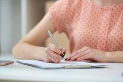 Vrouwelijke Student die thuiswerk doet Met diepte van gebiedsbeeld Stock Foto