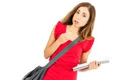 Vrouwelijke student die verward kijken Stock Foto's