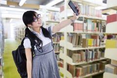 Vrouwelijke student die zelfportret nemen royalty-vrije stock afbeelding