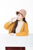 Vrouwelijke student en haar fruit en melk stock afbeeldingen