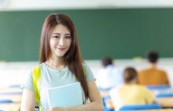 vrouwelijke student in klaslokaal royalty-vrije stock afbeeldingen