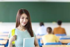 vrouwelijke student in klaslokaal stock afbeelding