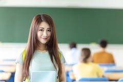 vrouwelijke student in klaslokaal royalty-vrije stock afbeelding
