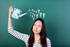 Vrouwelijke student met vele vragen stock fotografie