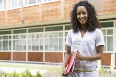 Vrouwelijke student op campus stock foto's