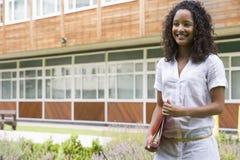 Vrouwelijke student op campus Stock Foto