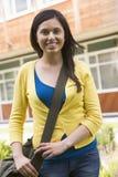 Vrouwelijke student op campus stock afbeeldingen