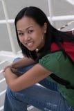 Vrouwelijke Student op de Stappen van de School Stock Afbeelding