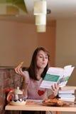 Vrouwelijke Student in pizzeria Stock Foto's