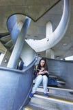 Vrouwelijke Student Reading On Staircase Stock Fotografie