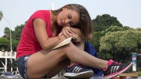 Vrouwelijke Student Relaxing stock videobeelden