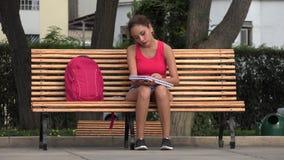 Vrouwelijke Student Studying And Reading op Parkbank stock footage