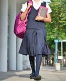 Vrouwelijke Student Walking On Sidewalk stock foto's