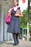 Vrouwelijke Student Walking On Sidewalk stock afbeeldingen