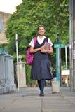 Vrouwelijke Student Wearing Uniform Walking op Stoep stock foto