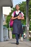 Vrouwelijke Student Wearing Uniform Walking op Stoep royalty-vrije stock fotografie