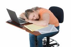 Vrouwelijke studentenslaap op laptop computer Stock Afbeeldingen