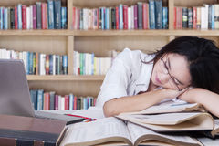Vrouwelijke studentenslaap over boeken Stock Foto