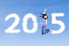 Vrouwelijke studentensprongen met nummer 2015 Stock Foto's