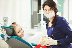 Vrouwelijke tandarts arts en weinig patiënt op kantoor royalty-vrije stock afbeeldingen