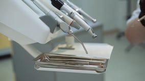 Vrouwelijke tandarts die medische apparatuur met behulp van tijdens behandeling stock footage