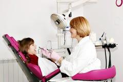 Vrouwelijke tandarts en meisjepatiënt royalty-vrije stock fotografie