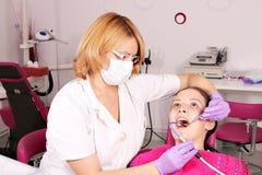 Vrouwelijke tandarts en meisjespatiënt Royalty-vrije Stock Foto's