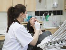 Vrouwelijke tandarts en patiënt Royalty-vrije Stock Afbeeldingen