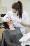 Vrouwelijke tandarts en patiënt Stock Foto's