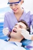 Vrouwelijke tandarts en patiënt in tandartsbureau royalty-vrije stock afbeeldingen