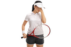 Vrouwelijke tennisspeler die haar hoofd in ongeloof houden Stock Foto's