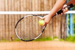 Vrouwelijke tennisspeler die vastgestelde openlucht beginnen Stock Foto's